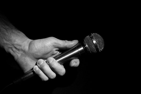 hand holding a mic